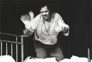 Kartoteka, reżyseria Tadeusz Minc, Teatr Polski we Wrocławiu (Scena Kameralna), aut. fot.: Jacek Lalak. Na zdjęciu: Zdzisław Kozień, 1977 r.