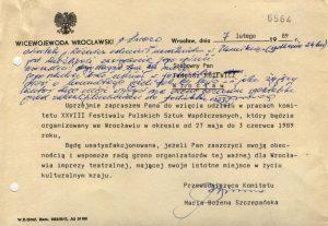 Notatka sporządzona, przez przewodniczącą Komitetu XXVIII Festiwalu Polskich Sztuk Współczesnych – Marię Szczepańską, na oficjalnym zaproszeniu Tadeusza Różewicza do włączenia się w prace komitetu organizacyjnego, po rozmowie z poetą o jego udziale w tym gremium: p. Inezo Niestety p. Różewicz odmówił uczestnictwa w Komitecie (spotkanie 24 bm) jest możliwość zasięgania jego opinii Uzasadnił swoją decyzję tym, że może jego sztuka brać udział w festiwalu – prosi o konsultacje jeżeli tak by było – i jako żyjący autor chce mieć wpływ na ocenę poziomu spektaklu przed zakwalifikowaniem do festiwalu, Wrocław 1989 r. [Ineza Bielawska – pracownik Urzędu Wojewódzkiego, protokolantka spotkania w Warszawie, sekretarz Jury XXVIII FPSzW]