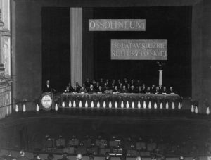 Uroczysta akademia w Operze Wrocławskiej z okazji 150-lecia działalności ZNiO 25 XI 1967 r. – prezydium – przemawia dyrektor Biblioteki Franciszek Pajączkowski