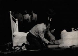 [Kartoteka, reżyseria Tadeusz Minc, Teatr Polski we Wrocławiu (Scena Kameralna)], aut. fot.: Ryszard Dziewulski (Lotnicze Zakłady Naukowe we Wrocławiu; w ramach konkursu: Młodzi poznają teatr). Na zdjęciu: (na pierwszym planie) Zdzisław Kozień (klęczy) i Tadeusz Skorulski, [1977] r.