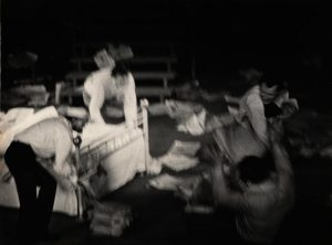 [Kartoteka, reżyseria Tadeusz Minc, Teatr Polski we Wrocławiu (Scena Kameralna), fotografia powstała w ramach konkursu: Młodzi poznają teatr. Na zdjęciu: scena zbiorowa, 1977 r.]