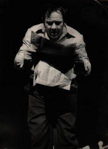 [Kartoteka, reżyseria Tadeusz Minc, Teatr Polski we Wrocławiu (Scena Kameralna)], aut. fot.: Ryszard Dziewulski (Lotnicze Zakłady Naukowe we Wrocławiu; w ramach konkursu: Młodzi poznają teatr). Na zdjęciu: Zdzisław Kozień, [1977] r.