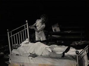 [Kartoteka, reżyseria Tadeusz Minc, Teatr Polski we Wrocławiu (Scena Kameralna), fotografia powstała w ramach konkursu: Młodzi poznają teatr. Na zdjęciu: Zdzisław Kozień, Ewa Kamas, 1977 r.]