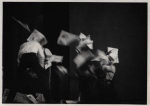 [Kartoteka, reżyseria Tadeusz Minc, Teatr Polski we Wrocławiu (Scena Kameralna)], aut. fot.: Jerzy Bereziuk (X Liceum Ogólnokształcące im. Stefanii Sempołowskiej we Wrocławiu; w ramach konkursu: Młodzi poznają teatr). Na zdjęciu: scena zbiorowa, [1977] r.