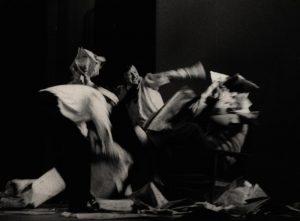 [Kartoteka, reżyseria Tadeusz Minc, Teatr Polski we Wrocławiu (Scena Kameralna)], aut. fot.: Ryszard Dziewulski (Lotnicze Zakłady Naukowe we Wrocławiu; w ramach konkursu: Młodzi poznają teatr). Na zdjęciu: scena zbiorowa, [1977] r.