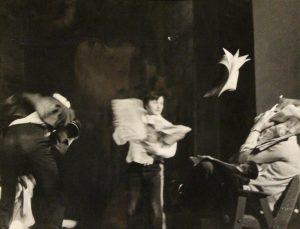 [Kartoteka, reżyseria Tadeusz Minc, Teatr Polski we Wrocławiu (Scena Kameralna)], aut. fot.: Arkadiusz Hasiak (Technikum Geodezyjne we Wrocławiu; w ramach konkursu: Młodzi poznają teatr). Na zdjęciu: scena zbiorowa, [1977] r. [fotos]