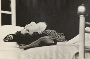 Kartoteka, [reżyseria Tadeusz Minc, Teatr Polski we Wrocławiu (Scena Kameralna)], aut. fot.: Pawlik (Ziębice; w ramach konkursu: Młodzi poznają teatr). Na zdjęciu: Halina Piechowska, 1977 r. [fotos]