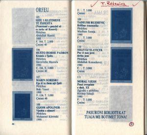 Strona 27 katalogu pt. Rilindja '90, na której Mazllum Saneja, tłumacz poezji Tadeusza Różewicza, zaznaczył zapowiedź tomu wierszy poety pt. Rrëfime traumatike (Opowiadanie traumatyczne)