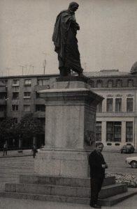 Tadeusz Różewicz przed pomnikiem Owidiusza w Konstancy (Rumunia), aut. fot.: Zbyszek [?], bd. (awers)