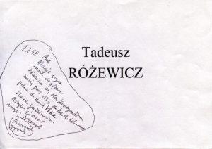 Kartka leżąca na miejscu zarezerwowanym dla Tadeusza Różewicza, w trakcie uroczystości nadania tytułu Doktora honoris causa Uniwersytetu Opolskiego ks. kard. Karolowi Lehmanowi i ks. kard. Miloslavowi Vlkowi, z odręczną notatką sporządzoną przez poetę: 12:50 Prof. Nicieja wzywa mnie do głosu, kłaniam się obu kardynałom, mówię parę słów do kard. Lehmana potem do kard. Vlka. Kard. Gulbinowicz, arcyb. Zimoń, arcyb. Nossol [w kółku] Pieronek Nossol