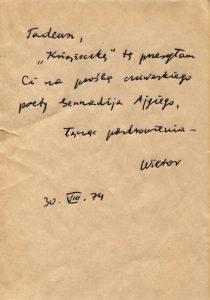 Tadeusz Różewicz otrzymywał tomiki poezji, książki i inne wyrazy hołdu, oddania i uwielbienia, również przez swoich przyjaciół i znajomych. Tą drogą swoje wiersze przekazał mu czuwaski poeta Giennadij Ajgi. W papierach z archiwum wrocławskiego poety znajduje się dedykacja: Tadeusz, Książeczkę tę przesyłam Ci na prośbę czuwaskiego poety Gennadija Ajgiego, łącząc pozdrowienia – Wiktor 30. VIII. 74 [w archiwum Tadeusza Różewicza, znajdującym się w Dziale Dokumentów Życia Społecznego ZNiO, nie znajduje się wspomniana wyżej Książeczka]