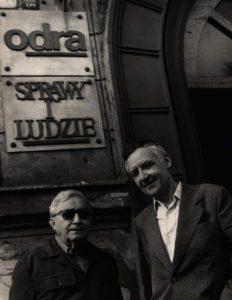 Tadeusz Różewicz i Ignacy Rutkiewicz, redaktor naczelny czasopisma Odra, przed wejściem do siedziby miesięcznika, aut. fot. Tadeusz Drankowski, 1988 r.