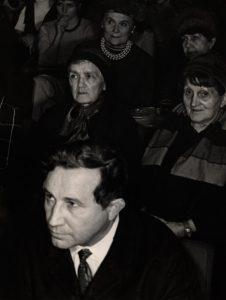 Nagroda miesięcznika Odra przyznana Tadeuszowi Różewiczowi, aut. fot. Tadeusz Drankowski. Na fotografii: na wręczenie zaszczytnego wyróżnienia czasopisma, licznie przybyli wielbiciele twórczości Tadeusza Różewicza (na pierwszym planie), 17. 12. 1970 r.