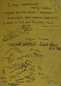 Z okazji osiemdziesiątej rocznicy Urodzin zwyczajne życzenia – zdrowia i pomyślności – NADZWYCZAJNEMU POECIE - TADEUSZOWI RÓŻEWICZOWI – ślą zebrani na XXX piętrze Pałacu Kultury i Nauki, Warszawa, 9.10. 2001 r. [pod życzeniami złożono kilkadziesiąt podpisów]